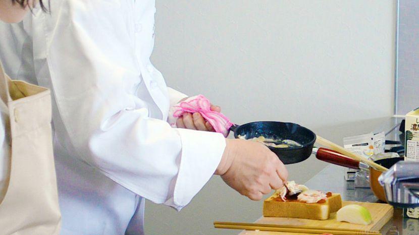 簡単ピザトーストの作り方:トーストしたパンにトマトソースと具材を乗せます
