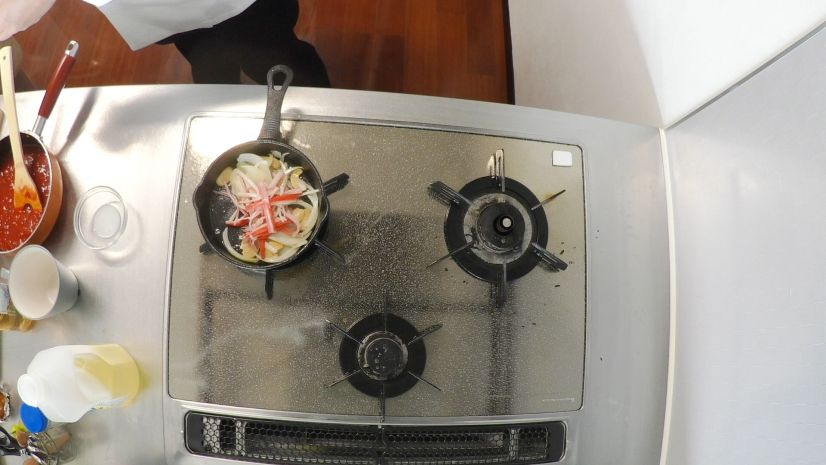 簡単ピザトーストの作り方:カニカマを投入します
