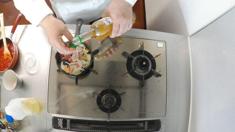 簡単ピザトーストの作り方:白ワインを回しかけます