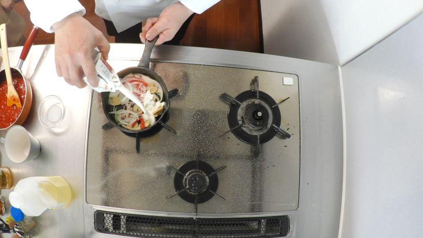 簡単ピザトーストの作り方:生クリームを投入します