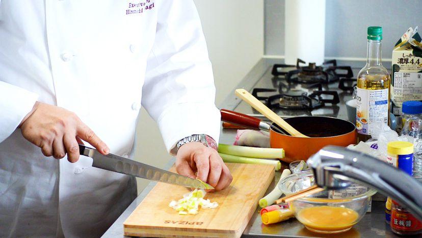 昆布水とケチャップで作る簡単エビチリのレシピと作り方:長ネギをみじん切りにします