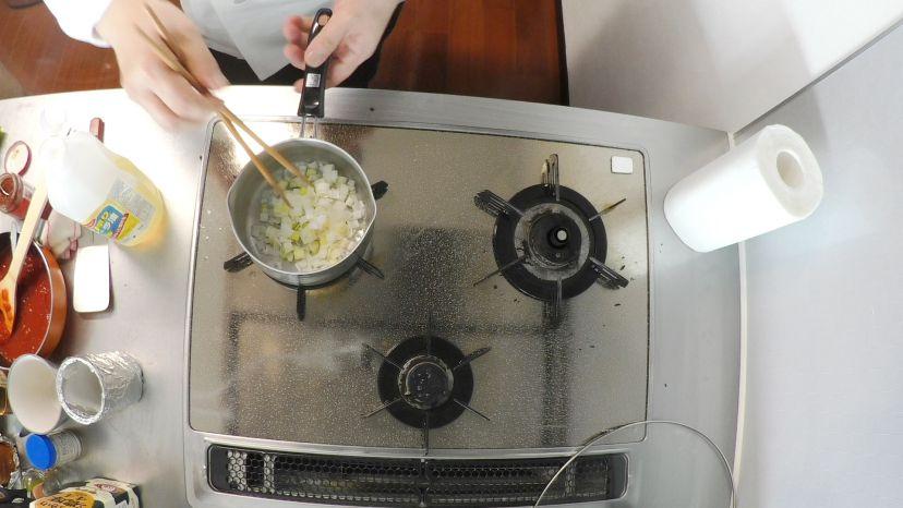 昆布水とケチャップで作る簡単エビチリのレシピと作り方:長ネギを炒めます