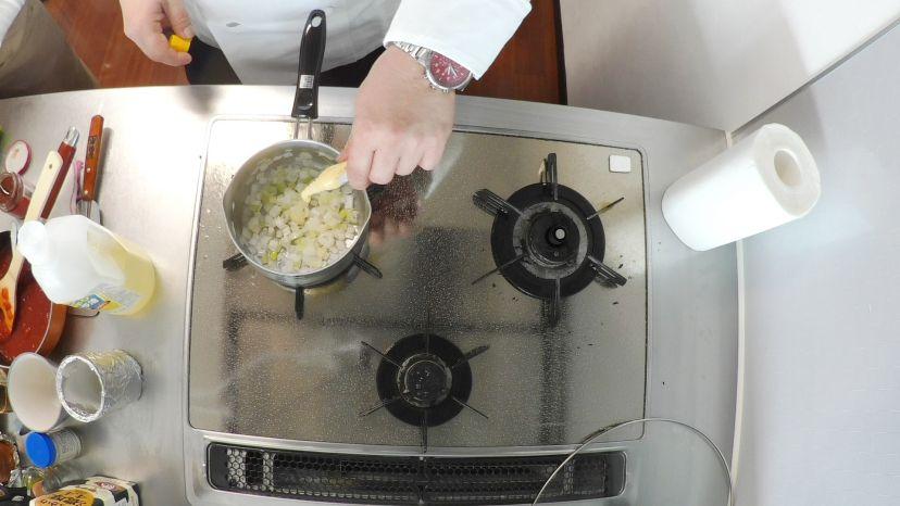 昆布水とケチャップで作る簡単エビチリのレシピと作り方:ショウガチューブを加えます