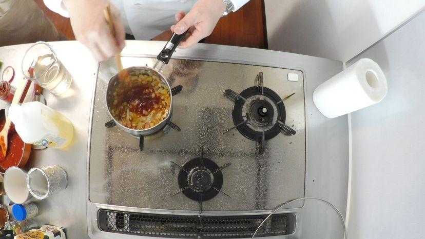 昆布水とケチャップで作る簡単エビチリのレシピと作り方:ケチャップを加えて炒めます