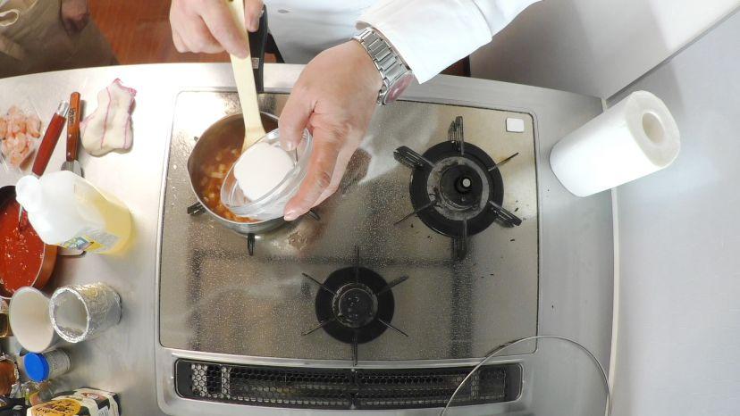 昆布水とケチャップで作る簡単エビチリのレシピと作り方:水溶き片栗粉を加えてます