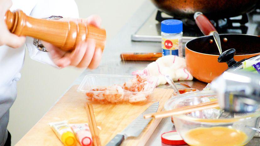 昆布水とケチャップで作る簡単エビチリのレシピと作り方:むきえびに塩コショウを振ります
