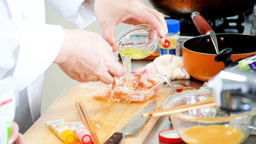 昆布水とケチャップで作る簡単エビチリのレシピと作り方:エビに卵白を絡めます