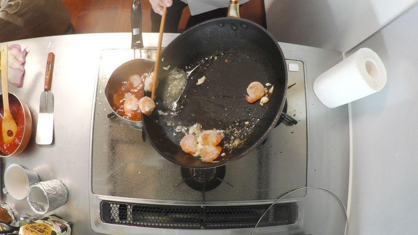 昆布水とケチャップで作る簡単エビチリのレシピと作り方:エビを炒めたらチリソースに入れます