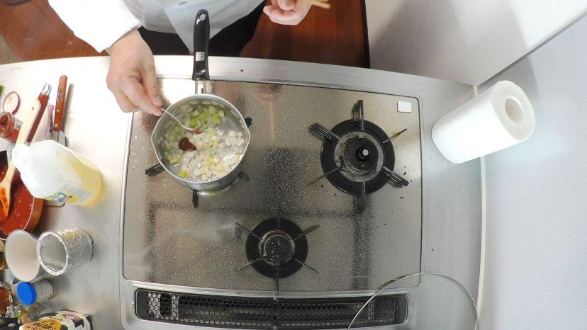 昆布水とケチャップで作る簡単エビチリのレシピと作り方:豆板醤を加えて炒めます