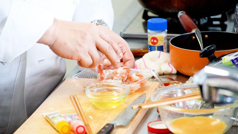 昆布水とケチャップで作る簡単エビチリのレシピと作り方:エビに片栗粉をまぶしよく絡めます