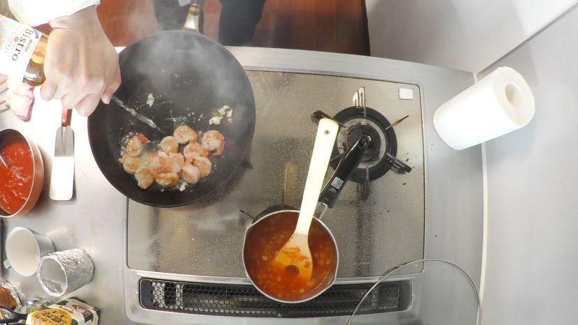 昆布水とケチャップで作る簡単エビチリのレシピと作り方:白ワインを入れます