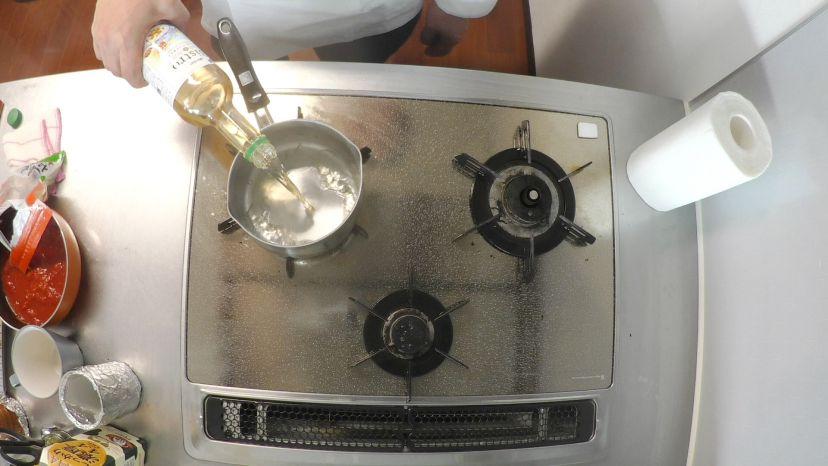 冷凍カキで作る簡単フランス風カレースープ:ワインを50㏄入れます