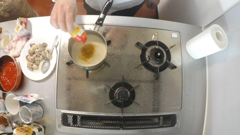 冷凍カキで作る簡単フランス風カレースープ:カレーパウダーを投入します
