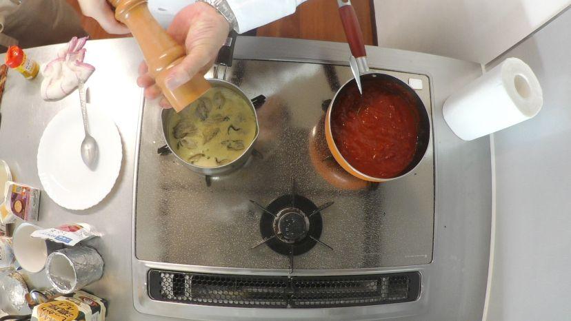 冷凍カキで作る簡単フランス風カレースープ:黒コショウを振ります