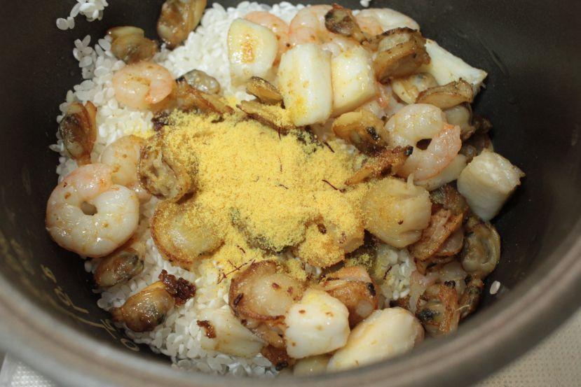 炊飯器でパエリア:パエリアの素を投入